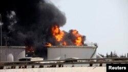 Pamje e përgjithshme nga zjarri në një depo afër aeroportit të Tripolit