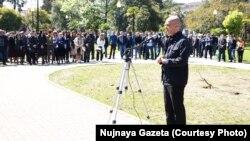 Алмас Джапуа демонстративно сложил с себя полномочия, заявив, что членом такого парламента он быть не намерен