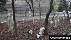 Инсталляция крымской художницы Марии Куликовской «Армия клонов» в «Изоляции» в Донецке