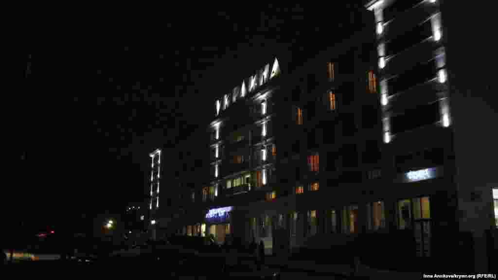У темному Севастополі, де зовнішнє освітлення вулиць відключене через дефіцит електроенергії, символічно підсвічений готель «Україна» в центрі міста на площі Ушакова