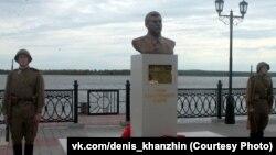 Памятник Сталину на набережной Оби в Сургуте