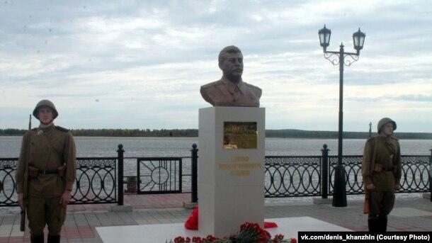 Stalinin monumenti Surgut, Rusiya