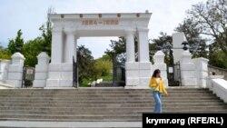 Ворота-пропилеи на входе на Малахов курган являются памятником архитектуры