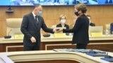 Дарига Назарбаева, дочь экс-президента Нурсултана Назарбаева, получает удостоверение депутата мажилиса из рук председателя ЦИК Берика Имашева, который приходится ей сватом, в столице Нур-Султане, которая названа в честь ее отца. 14 января 2021 года.