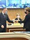 Экс-президент Нұрсұлтан Назарбаевтың қызы Дариға Назарбаева құдасы, орталық сайлау комиссиясы төрағасы Берік Имашевтің қолынан депутат куәлігін алып тұр. Нұр-Сұлтан, 14 қаңтар 2021 жыл.