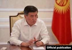 Президент Сооронбай Жээнбеков «Биринчи радионун» суроолоруна жооп берип жатат.