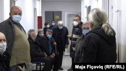 Косово: Луѓе во Лепосавиќ чекаат ред за примање на вакцината Фајзер