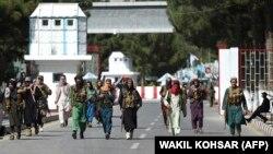 د کابل هوايي ډګر مخ ته یو شمېر وسلهوال طالبان