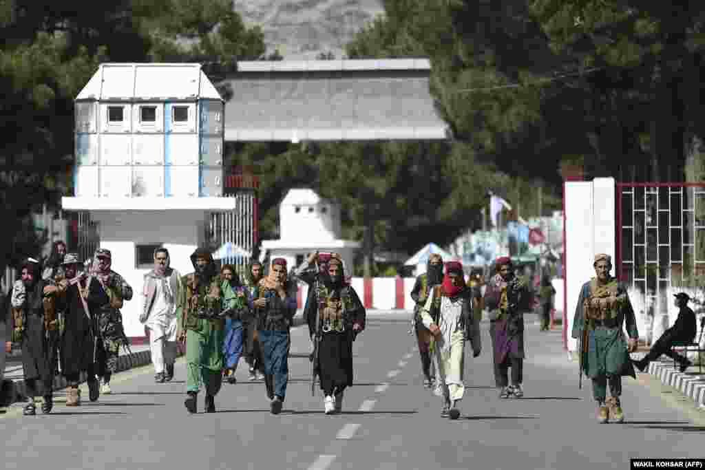 Ulaz čuvaju i talibanski borci.