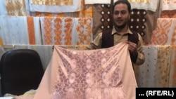 یک فروشنده یخنهایی خامک دوزی شده در هرات