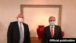 Министр иностранных дел Армении Зограб Мнацаканян (справа) и заместитель госсекретаря США по европейским и евразийским делам Филип Рикер, 23 октября 2020 г.