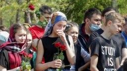 Похороны жертвы убийства в Казани в школе 175 учительницы Эльвиры Игнатьевой