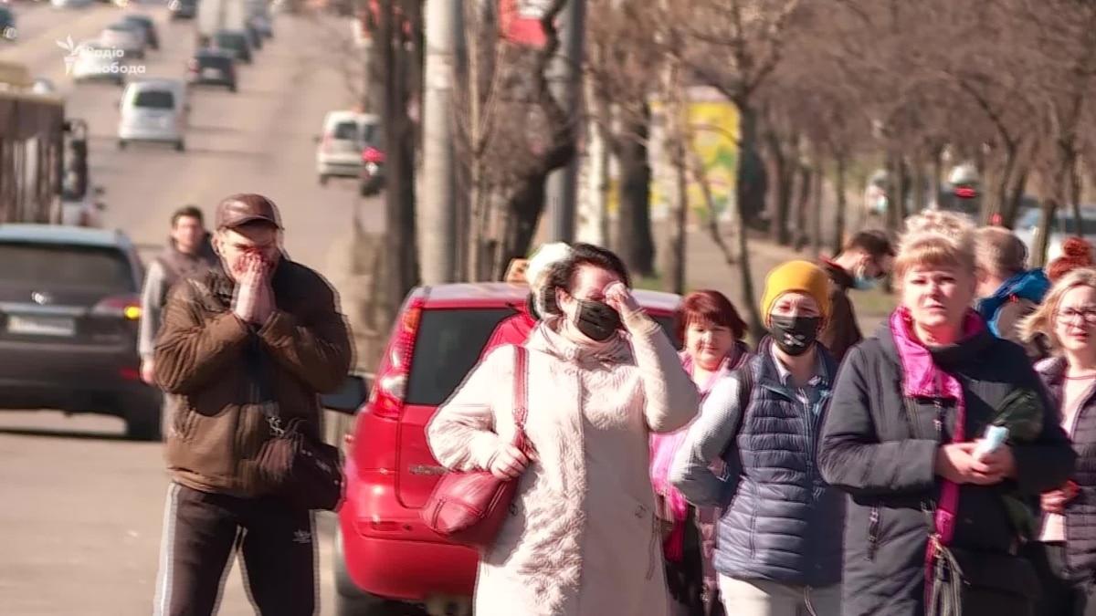Как реагируют люди возле станции метро «Черниговская» на ограничения в условиях карантина (видео)