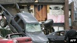 تلفات ناشی از توفان و گردبادهای بزرگ در جنوب ايالات متحده آمريکا، به دست کم ۵۵ تن رسيد و بيش از ۱۵۰ نفر نيز مجروح شده اند.