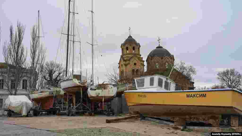 Яхти на автопричіпах на тлі грецької церкви пророка Іллі