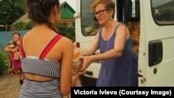 Виктория Ивлева раздает хлеб жителем Славянка
