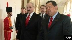 Прэзыдэнт Вэнэсуэлы Уга Чавэс вітае А. Лукашэнку ў прэзыдэнцкім палацы ў Каракасе.