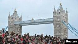 Tifozët londinezë në pritje të vendimit të FIFA-s, 2 dhjetor 2010.