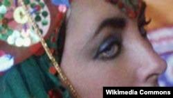 تیلور با لباس سنتی اصفهانی در سفر به ایران، سه سال قبل از انقلاب
