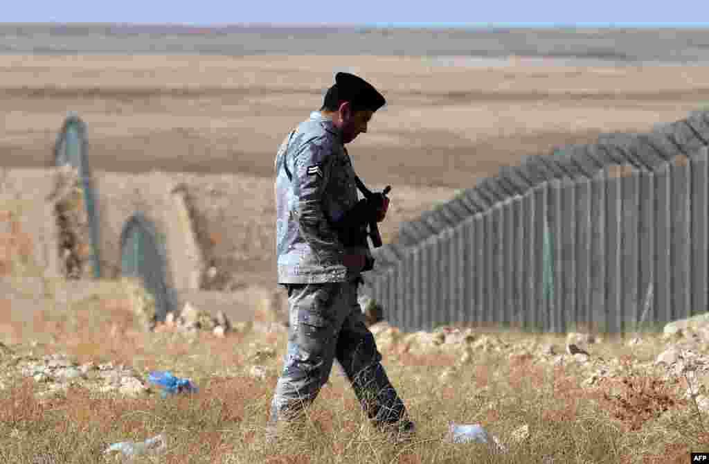"""В попытках защитить себя от """"ИГ"""" Саудовская Аравия воздвигла стену на границе с Ираком, которую патрулируют военные. Однако это - не единственное подобное сооружение на границе арабского государства, в 2013 году появился забор и на границе с Йеменом"""