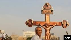 یکی از مسیحیان قبطی که مقابل ساختمان رادیو و تلویزیون دولتی مصر تحصن کرده است