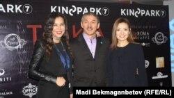 Продюсер фильма Гаухар Нуртас (слева), актер Ерик Жолжаксынов, актриса Жанель Макажан. Астана, 5 декабря 2016 года.