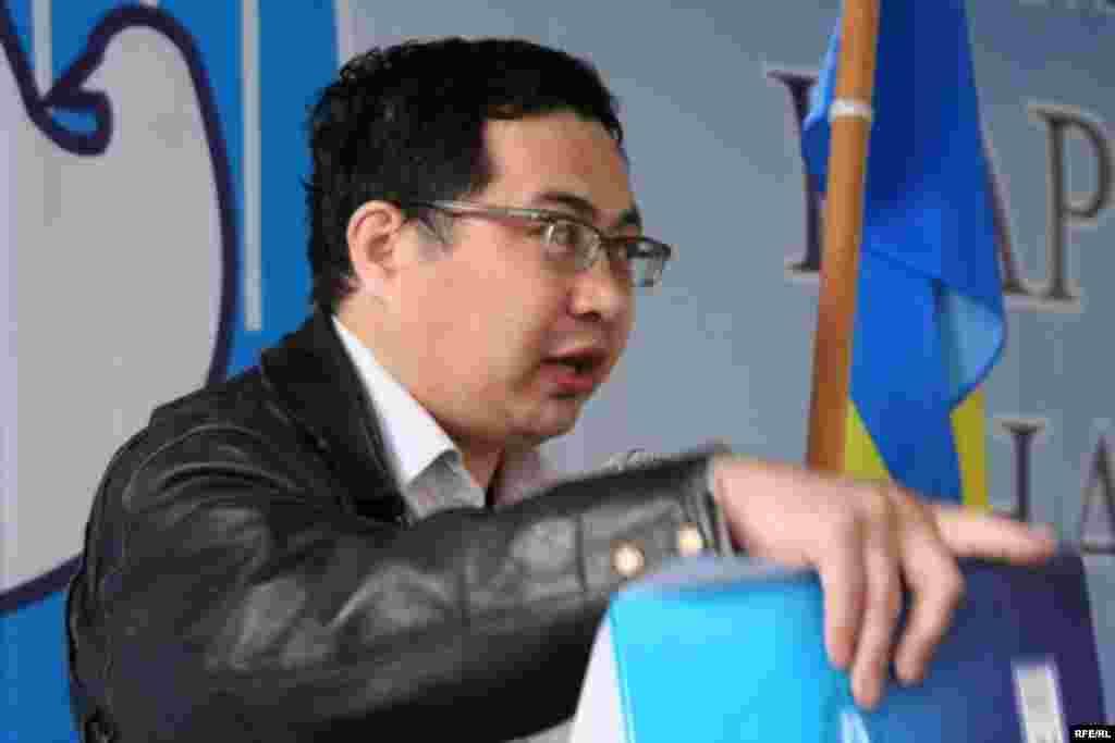 """Лидер движения """"Арман"""" Ермек Нарымбаев выступает на собрании демократической общественности, приуроченном к Первому Мая. Алматы, 1 мая 2010 года."""