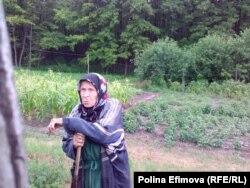 Елена Ивановна у своего огорода