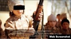 ИМ тобы бақылайтын аймақта әскери дайындықтан өтіп жатқан «қазақ балалар» туралы видеодан скриншот.