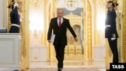 Президент России Владимир Путин (в центре) перед началом выступления с ежегодным посланием Федеральному Собранию России в Кремле. Москва, 1 декабря 2016 года.
