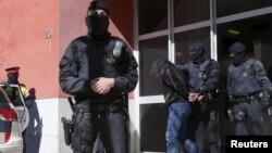 Задержание испанской полицией подозреваемых. Иллюстративное фото.