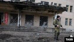 Проросійський бойовик біля лікарні, пошкодженої обстрілом, Донецьк, 4 лютого 2015 року