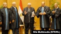 Presidenti i përkohshëm Adly Manosur duke e dhënë betimit