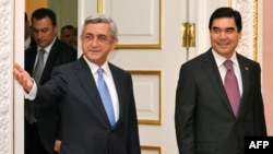 Ermenistanyň prezidenti Serž Sarkisýan (çepde) we Türkmenistanyň prezidenti Gurbanguly Berdimuhamedow. Ýerewan. 29-njy noýabr, 2012 ý.