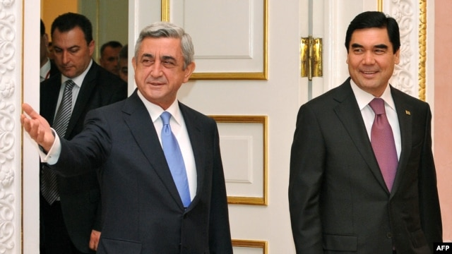 Armenian President Serzh Sarkisian (left) welcomes his Turkmen counterpart, Gurbanguly Berdymukhammedov, in Yerevan on November 29.
