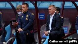 John Terry (balra) egykori Chelsea-sztár, az Aston Villa futballklub segédedzője, és Dean Smith edző féltérdre ereszkedve támogatja a Black Lives Matter mozgalmat a Villa és a Chelsea mérkőzése előtt