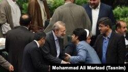 Али Лариджани принимает поздравления по случаю его переизбрания спикером парламента Ирана.