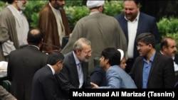 Иран парламенті төрағасы болып қайта сайланған Әли Лариджаниді әріптестері құттықтап жатыр.