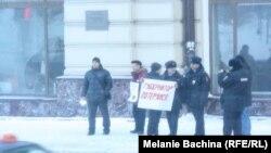 Полиция опрашивает участников одиночных пикетов в поддержку ТВ-2. Январь 2015 года
