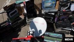 Тегеран полициясы тәркілеген видео-аппаратура мен спутниктік табақшалар. 21 ақпан 2012 жыл