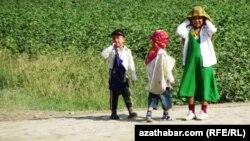 Türkmenistanyň pagta meýdanlaryndaky ýaş çagalar.