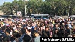 Граждане, прибывшие проститься с фигуристом Денисом Теном, погибшим 19 июля в результате нападения. Алматы, 21 июля 2018 года.