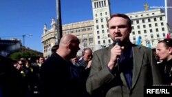 Генеральний консул України у Барселоні Олександр Хрипунов на площі Каталонії, 23 лютого 2014 року