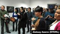 """Посетители фотовыставки """"Свои – Чужие"""". Алматы, 19 января 2013 года."""
