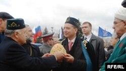 Владимир Артяков (в центре) подарки и комплименты принимает. Но не очень любит.