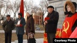 Члены Коммунистической народной партии Казахстана на санкционированном властями митинге. Павлодар, 7 ноября 2011 года.