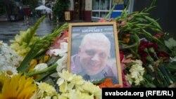 Жители Киева принесли цветы к месту гибели Павла Шеремета