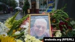 Киевдин тургундары Павел Шеремет өлгөн жерге келип гүл коюшту