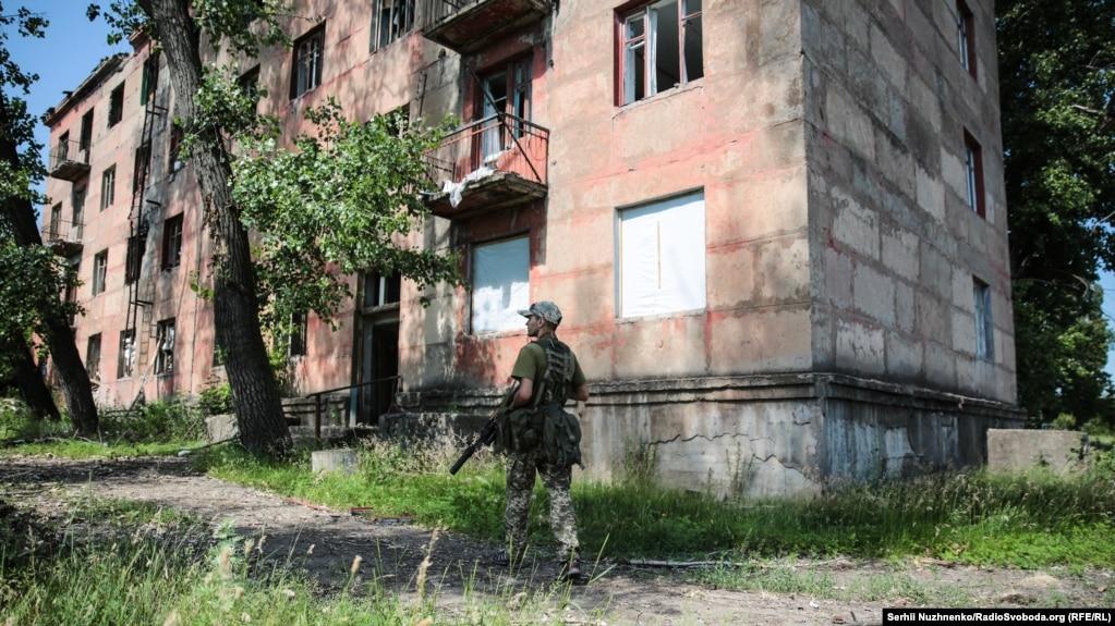 Военный Вооруженных сил Украины у & laquo; Дома Павлова & raquo; & nbsp; & mdash;  так называются два дома, которые находятся за & nbsp; контрольным пунктом въезда-выезда & laquo; Золотой & raquo ;.  Центральная часть одного из & nbsp; зданий смотрит в & nbsp; сторону позиций российских гибридных сил