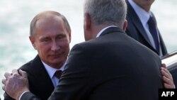 Presidenti rus, Vladimir Putin duke u përshëndetur me presidentin serb, Tomislav Nikolic.